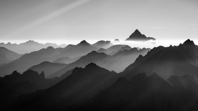 black-and-white-mountains-in-fog